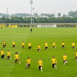 4. Juni 2020  Die Spieler des Fußballvereins Borussia Dortmund gehen auf ihrem Trainingsplatzin die Knie, um dem getöteten George Floyd zu gedenken. Mit dieser Geste setzen sie einklares Zeichen gegen Rassismus.