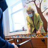 """4. Juni 2020  Beim Besuch des Jugendhilfsdienstes """"La Baïne"""" der gemeinnützigen Gesellschaft Amarrage legt sich Königin Mathilde von Belgien beim Tischkicker-Spiel mit den Teenagern ordentlich ins Zeug."""