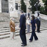 Die farblich perfekt abgestimmte Clutch stammt von Carolina Herrera und ist - im Gegensatz zum Rest ihres Outfits - schon lange fester Bestandteil der königlichen Garderobe von Letizia.