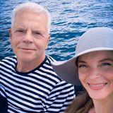 Yvonne Catterfeld ist derzeit in den sozialen Medien nicht allzu aktiv. Zum Geburtstag ihres Vaters Jürgen lässt sie es sich aber nicht nehmen, ihm mit diesem sommerlichen Selfie von einer Bootstour zu gratulieren. Wir gratulieren ebenfalls!