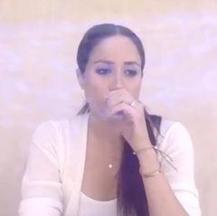 """Sie trägt zwei Armbänder, eins davon das ikonische """"Love Bracelet"""" von Cartier (Preis rund 4.050 Euro), das als ein Symbol für ewige Liebe gilt und laut Website """"die von allen Konventionen befreite Liebe besiegelt"""". Außerdem ist ein Freundschaftsarmband des britischen LabelsMonica Vinader zu sehen, das ebenfalls für ewige Liebe stehen soll."""
