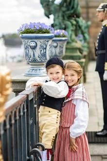 Ein drittes Foto von Prinz Oscar, der Herzog von Schonen ist, und Estelle, die den TitelHerzogin von Östergötland trägt.