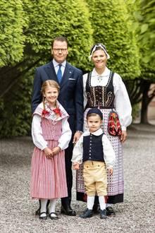5. Juni 2020  Wie niedlich! Vor dem morgigen Nationalfeiertag zeigen sich Kronprinzessin Victoria von Schweden und ihre Liebsten in den traditionellen Volkskostümen ihres jeweiligen Herzogtums.