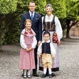 5. Juni 2020  Wie niedlich! Vor dem morgigen Nationalfeiertag zeigen sich Kronprinzessin Victoria von Schweden und ihre Liebsten in den traditionellen Volksgewändern ihres jeweiligen Herzogtums.