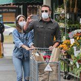 """Gemeinsam mit seiner Freundin Ana de Armas schiebt Ben Affleck die Einkäufe aus dem Supermarkt in Los Angeles. Nach dem Motto """"Wie du mir, so ich dir"""" macht der Schauspieler dabei ein Foto vom Paparazzo, der das Paar auf dem Parkplatz überrascht."""