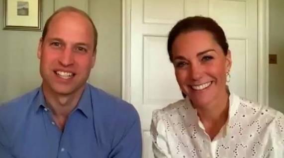 Zu einem virtuellen Meetingder #volunteersweek zeigt Herzogin Catherine nicht nur eine hübsche Bluse sondern auch goldene runde Ohrringe. Die sind vom Label Accessorize und kosten nur schlappe 7 Euro - wow!