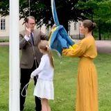 Zum Nationalfeiertag hissen Prinzessin Victoria und Daniel mit ihren Kindern die schwedische Flagge. Ganz passend trägt die Kronprinzessin dazu ein Maxikleid in Gelb.