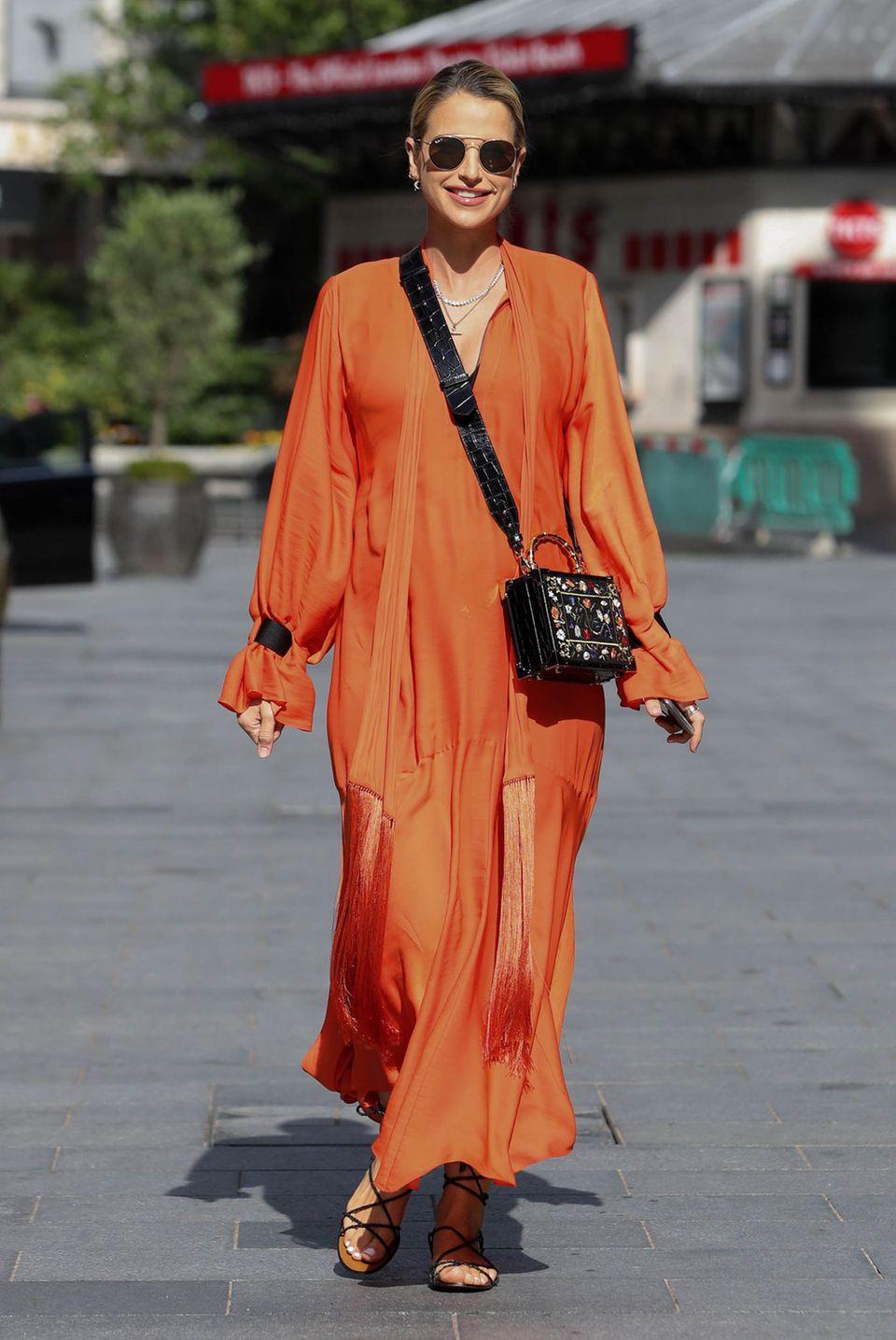 Da geht uns das Style-Herz auf!Vogue Williams, Schwägerin von Pippa Middleton, zeigt in London, wie sie ihre Babykugel besonders fröhlich verpackt: Orangefarbenes Maxikleid, Sandalen, Sonnenbrille und natürlich ein strahlendes Lächeln!