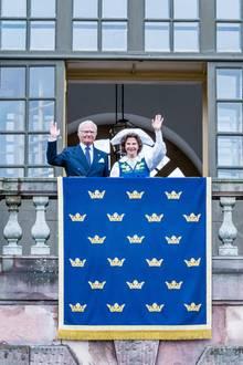 Gemäß der Tradition winkt das schwedische Königspaar am Nationalfeiertag vom Balkon des Palastes. Aufgrund der Corona-Pandemie werden sie in diesem Jahr dabei leider nicht von ihrer Familie begleitet.