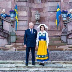 6. Juni 2020  Im Rahmen der alternativen Feierlichkeiten zum diesjährigenNationalfeiertag Schwedens zeigensich Königin Silvia - inder traditionellen Tracht der Damen - und König Carl Gustaf vor dem königlichen Palast in Stockholm.