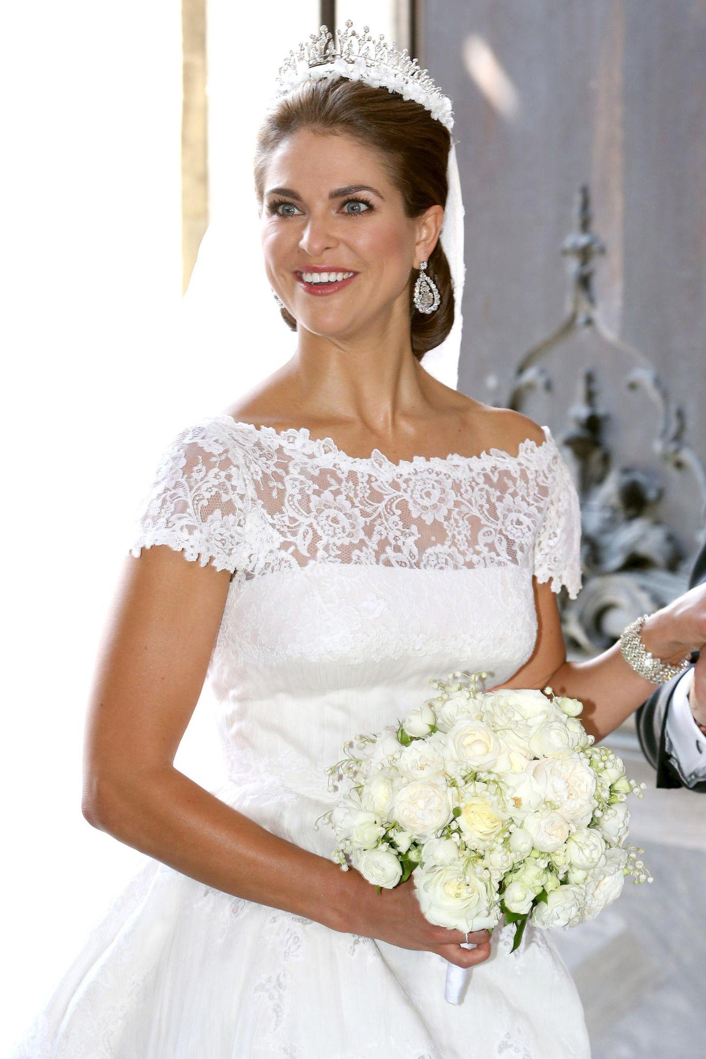 Ein Traum in Weiß: Das Designer-Brautkleid mit der vier Meter langen Schleppe wurde aus Seidenorganza und Chantilly-Spitze gefertigt. Der Brautstrauß war aus weißen Rosen gefertigt, und mitMaiglöckchen und Myrte verziert, übrigens aus einem Busch, den Prinzessin Margareta nach ihrer Hochzeit mitGustaf VI. Adolf 1905 nach Schweden mitbrachte.