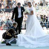 Der Schleier, 6 Meter lang und ebenfalls aus Spitze, wurde von der mit Orangenblüten geschmückten Diamant-Tiara gehalten, die Prinzessin Madeleine zu ihrem 18. Geburtstag geschenkt bekommen hatte. Das gesamte Arrangement ihres Kleides war so opulent, dass eigens zwei Pagen für Schleppe und Schleier trugen und richtig drapierten.