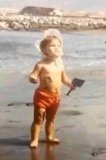 Victoria Beckham  Zugegeben, dieses Kinderfoto, dass Victoria Beckham anlässlich des Weltmeerestages (8. Juni) gepostet hat, ist ziemlich unscharf, aber hätten Sie die süße Wasserratte trotzdem erkannt?