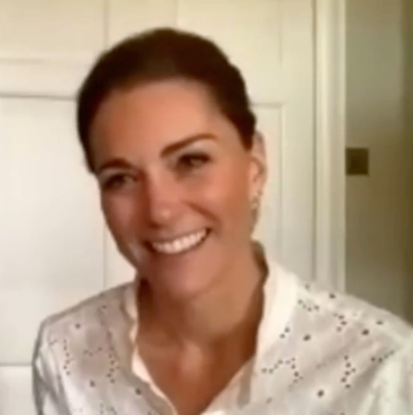Herzogin Kate recycelt weiße Bluse