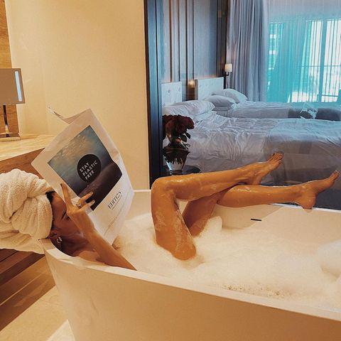 DieseBadenixe weiß genau, wie sie ihre langen Beine in Szene setzen kann. Elegant überschlägt sie das Model und legt sie auf den Rand der Badewanne. Haben Sie erkannt, um wen es sich hier handelt?