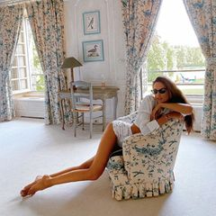 Es ist Izabel Goulart – brasilianisches Model und Verlobte von Profi-Kicker Kevin Trapp. In knappen Shorts scheinen ihre Beine schier endlos zu wirken. Das weiß auch Izabel und betont sie nochmal extra mit gekonntem Posing.