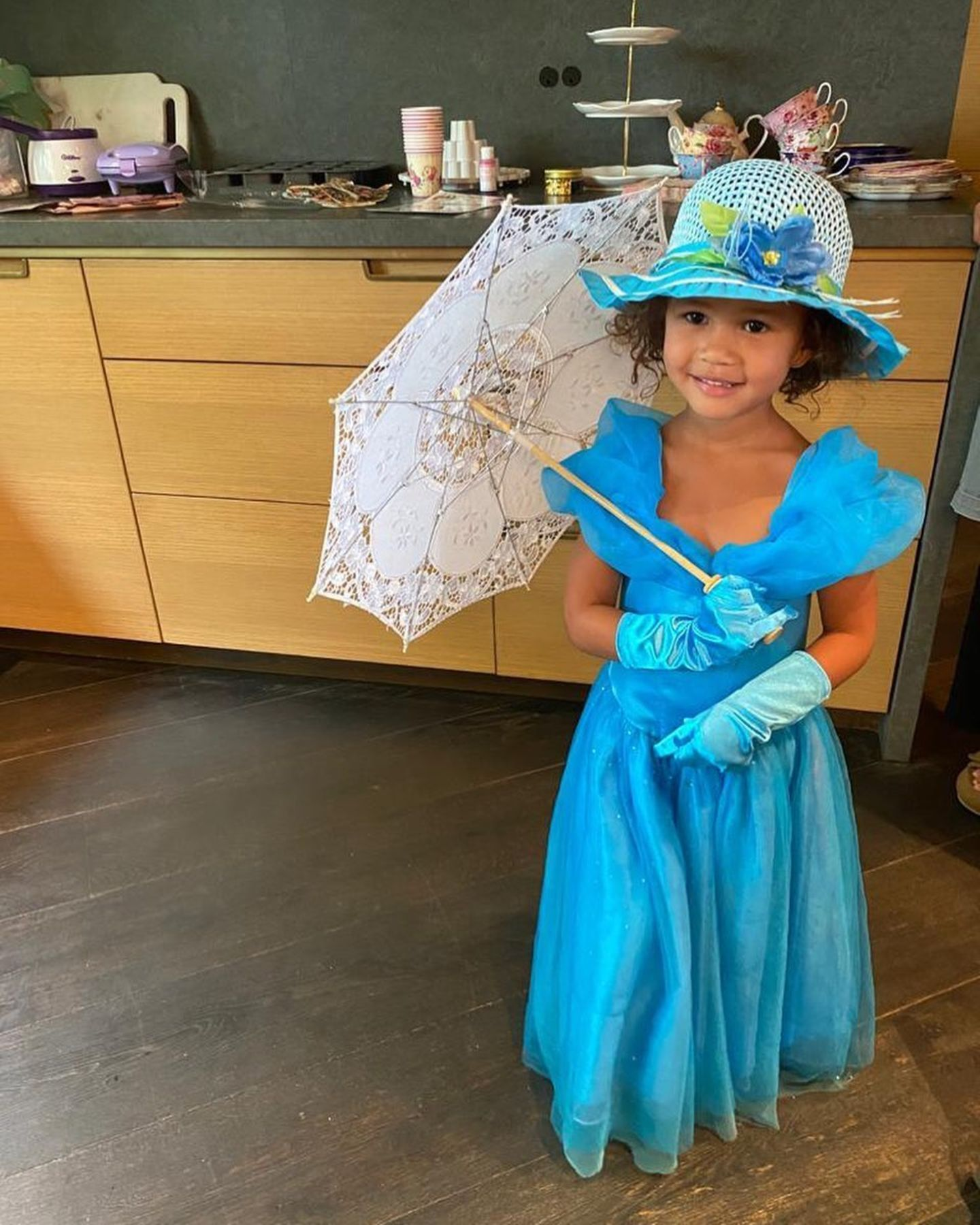 Luna, die kleine Tochter von Sänger John Legend und Chrissy Teigen, liebt es, sich zu verkleiden. Die Vierjährige hat dabei ihren ganz eigenen Stil. Sie interessiert sich nicht für Superhelden- oder Feen-Kostüme,Luna bevorzugt den todschicken Look vergangener Aristokraten-Tage. Eine legere Tee-Partygibt es bei ihr nicht, sie lädt zumglamourösenHigh-Tea-Event ein.