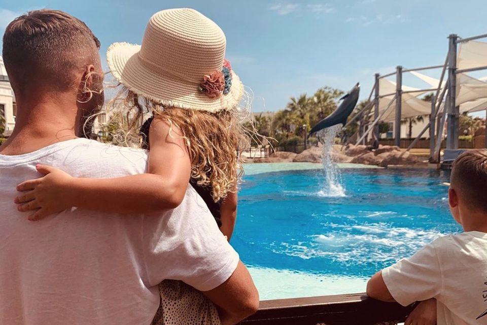 Lukas Podolski mit seinen Kindern Maya und Louis am 6. Juni 2020.