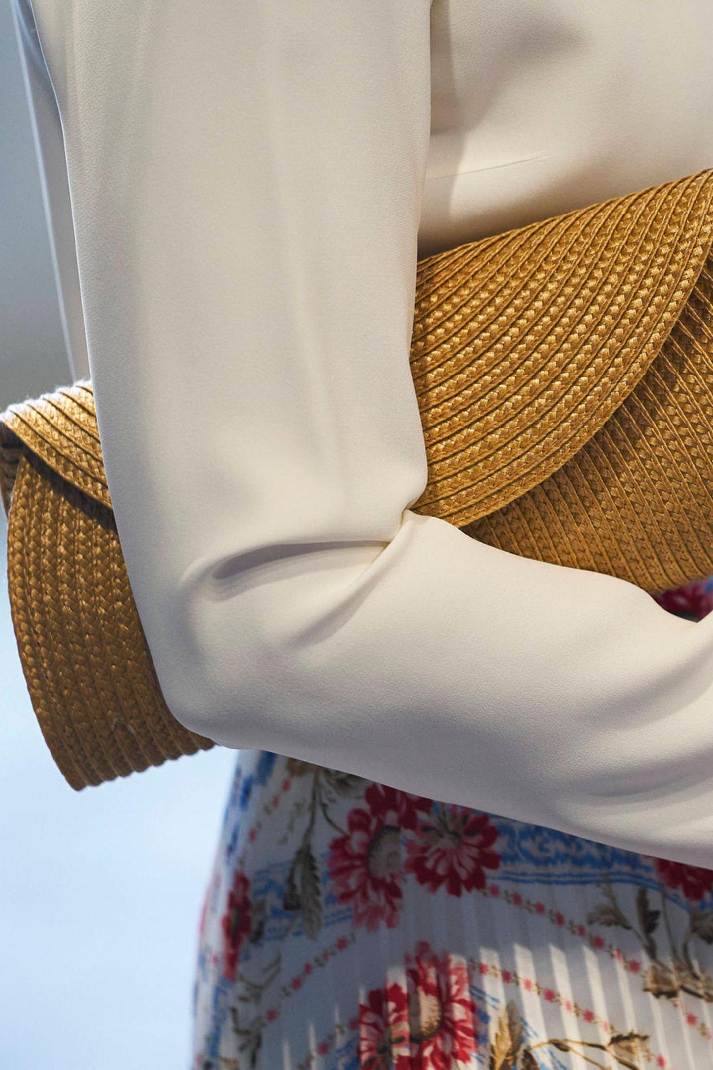 Prinzessin Mary trägt eine gelbe Clutch