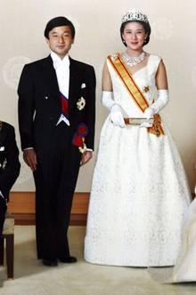9. Juni 1993  Vor 27 Jahren gaben sich der damalige Kronprinz Naruhito und seine Verlobte Masako im Kaiserlichen Palast von Tokio das Ja-Wort. Zusammen mit dem damaligen KaiserpaarAkihito und Michiko entstand dieses offizielle Hochzeitsporträt.
