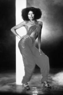 """8. Juni 2020: Bonnie Pointer (69 Jahre)  Zusammen mit ihren drei Schwestern feierte die Sängerin mit ihrer Band """"The Pointer Sisters in den 70er und 80er Jahren große Erfolge. Woran der Disco-Soul-Star überraschend verstorben ist, ist nicht bekannt."""