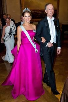 Madeleine trägt magentafarbiges Kleid bei der Nobelpreisverleihung