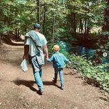 """Florian Frowein alias """"Tim Degen""""  Der Traummann der 16. """"Sturm der Liebe""""-Staffel ist privat stolzer Vater eines Sohnes. Auf diesem Foto sieht man die beiden bei einem Spaziergang durch den Wald und das - wie rührend - Hand in Hand.Zu dem süßen Schnappschuss schreibt Florian Frowein: """"No words needed"""", auf Deutsch: Es braucht keine Worte."""" Von der Mutter des Kleinen ist Frowein seit September 2019 Geschieden. Seine neue Liebe ist die Schauspielerin LiviaMischeL."""