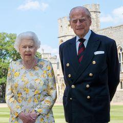 Queen Elizabeth und Prinz Philip posieren vor Schloss Windsor. Das Foto wurde anlässlich des 99. Geburtstages von Philip vom Palast herausgegeben.