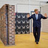 """9. Juni 2020  König Willem-Alexander informiert sich über die Auswirkungen der Coronakrise in der Energieversorgung. Das Unternehmen """"Niederlande Isoliert"""" in Amersfoort ist das größte Nachisolationsunternehmen in den Niederlanden und eines der größten in den Benelux-Ländern. Es kümmert sich hauptsächlich darum, Häuser in den Niederlanden durch gute Isolierung nachhaltiger zu gestalten."""