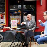 10. Juni 2020  Bei einer kleinen Kaffeepause im Marktcafé hört sich König Philippe die Sorgen und Nöte der Verkäufer und Ladeninhaber an.