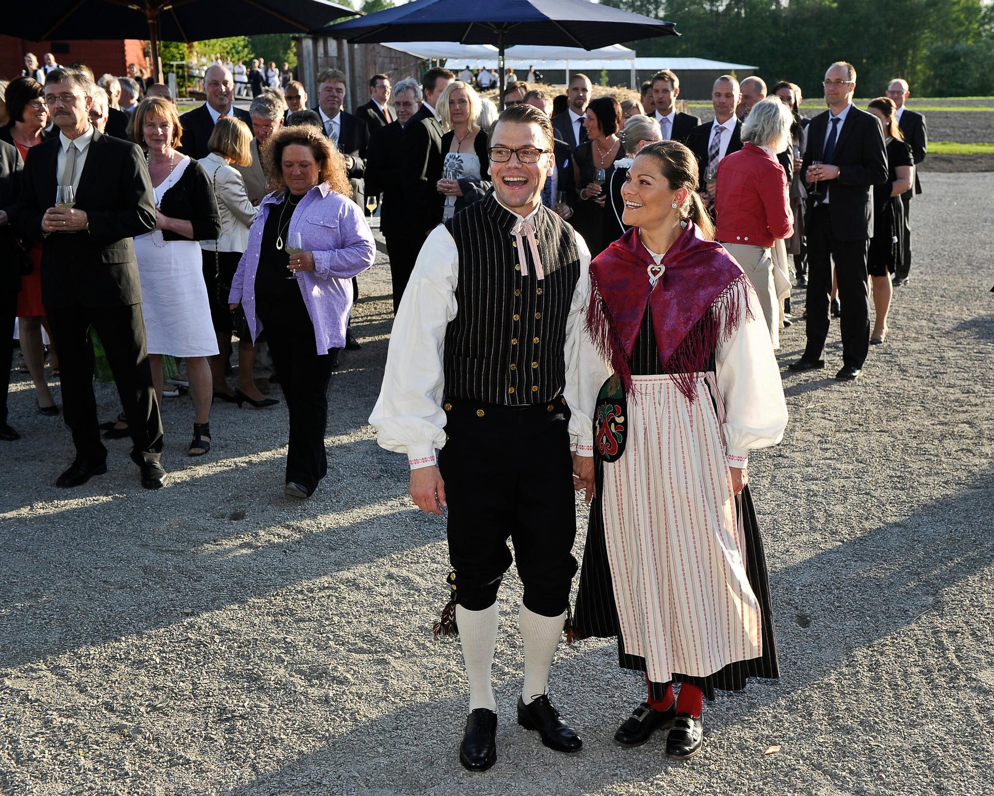 Prinz Daniel und Prinzessin Victoria bei einem Besuch in Daniels Heimatort Ockelbo am 11. Mai 2011. Beide tragen eine Tracht.
