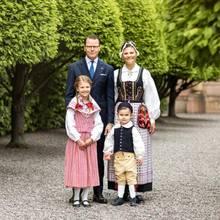 Prinz Daniel und Prinzessin Victoria mit ihren Kindern Prinzessin Estelle und Prinz Oscar im Schlossgarten im Juni 2020.
