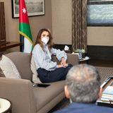 """Einen Tag vor ihrem27. Hochzeitstag zeigt sich Königin Rania schwer beschäftigt auf Instagram. Bei einem Termin mit der Gesundheitsplattform """"Altibbi"""" und der""""Royal Health Awareness Society"""", bezüglich deren Hilfe in der Coronakrise, trägt die stylische Königin von Jordanien eine ganz besondere Bluse ..."""