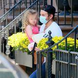 9. Juni 2020  An einem heißen Nachmittag in New York verlässt Bradley Cooper mit seiner Tochter Lea De Seine Shayk Cooper auf dem Arm das Haus. Die Kleine scheint gerade aus dem Mittagsschlaf zu kommen, noch ganz müde und mit zerzausten Haaren.