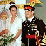 """10. Juni 2020  Königin Rania und König Abdullah feiern ihren 27. Hochzeitstag. Glücklich lächelnd steht der damalige PrinzAbdullah am 10. Juni 1993 an der Seite seiner frisch angetrauten Rania, neben ihnen sein VaterKönig Hussein mit Ehefrau Königin Noor. Anlässlich des Hochzeitstages postet Königin Rania auf Instagram eine Liebeserklärung an ihren Mann: """"Wie hätte ich mich nicht immer wieder seit 27 Jahren in dein Lächeln verlieben können. Ich bin so glücklich und dankbar, dich an meiner Seite zu haben, herzlichen Glückwunsch!"""""""