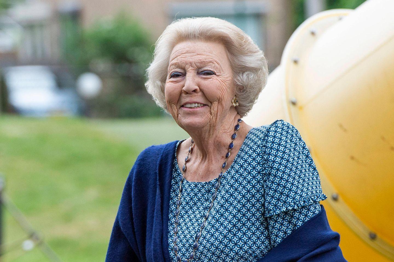 """10. Juni 2020  Lange hat sie sich wegen der Coronakrise nicht mehr in der Öffentlichkeit gezeigt, aber jetzt ist sie wieder da. Prinzessin Beatrix besucht den 13. nationalen """"Buitenspeeldag"""" (""""Im Freien Spielen"""") der Stiftung Nationaler Jugendfond Jantje Beton, deren Schirmherrin sie ist."""