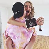 Die Star-Designer Marina Hoermanseder ist schwanger und das schon im fünften Monat. Mit diesem süßen Schnappschuss verkündet sie auf Instagramihre spektakulären Neuigkeiten. Ein erstes Bild von ihrem Babybauch gibt es auch schon ...