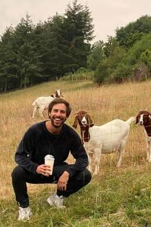 Da gibt's nicht zu meckern. Max Giesinger posiert auf dem Land mit einer Herde Ziegen. Vielleicht sind die aber auch nur an seinem Milchshake interessiert und nicht am Künstler selbst.