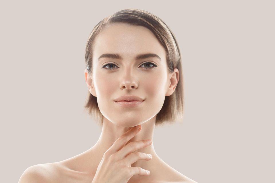 Schöne Haut bekommen: Frau präsentiert ihr makelloses Gesicht.