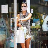 Und sie wird fündig! Mit Tütchen in der Hand verlässt das Topmodel den Laden einige Zeit später wieder.