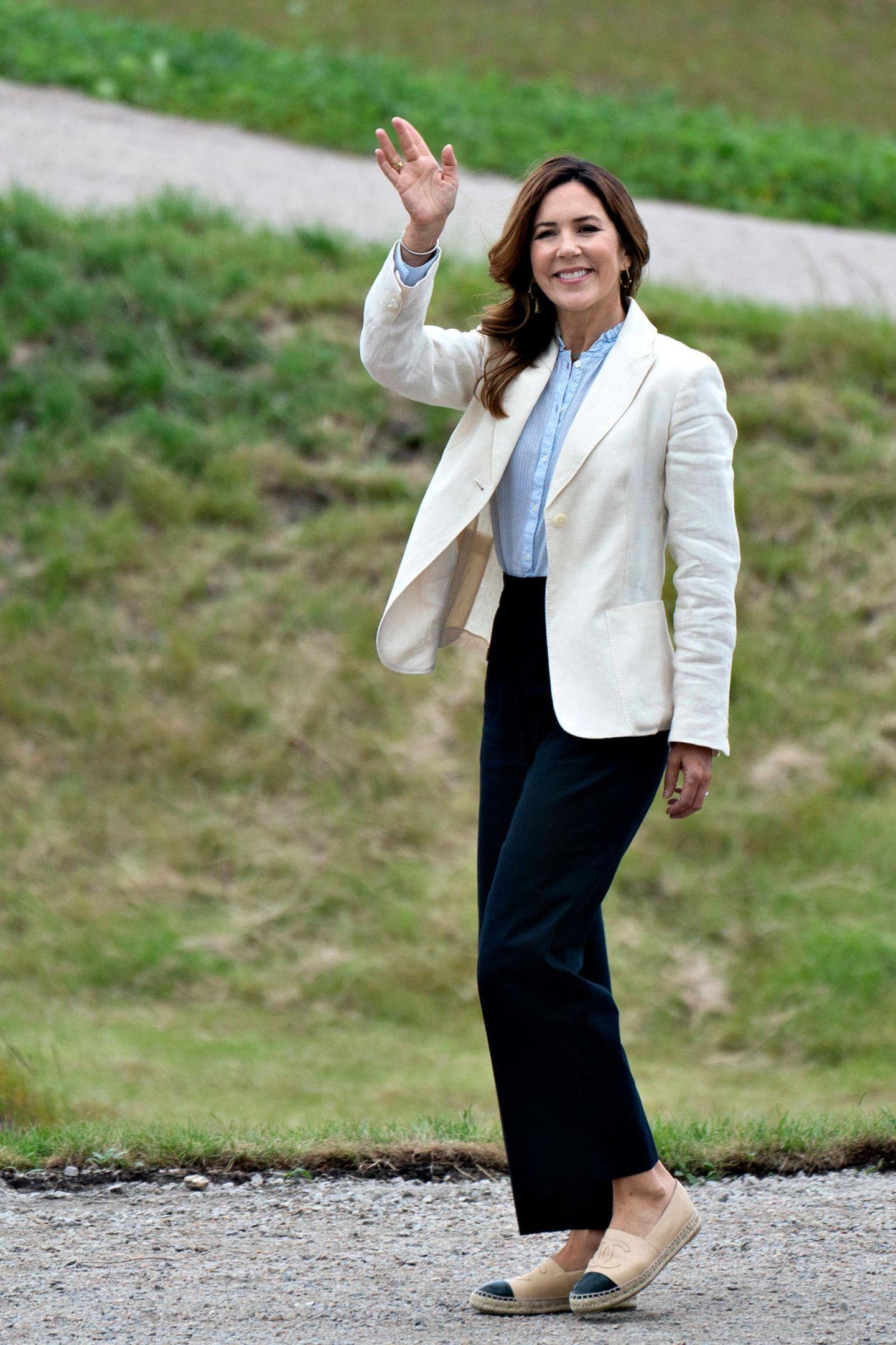 Denn an den Füßen trägt Prinzessin Mary schicke Espadrilles von Chanel in einem edlen Beige-Schwarz-Ton. Kostenpunkt: rund 645 Euro. Mit den bequemen Lammleder-Flats lässt sich das Gelände bestens erkunden.
