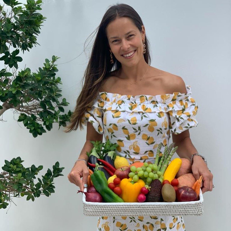 """Bei Instagram präsentiert AnaIvanović eine der Grundlagen ihres fitten Bodys: ein großes Tablettmit frischem Obst und Gemüse. """"Ich glaube nicht an Diäten, sondern an eine qualitativ hochwertige Ernährung"""", kommentiert der Tennis-Star das Foto und macht damit seinen Standpunkt klar."""