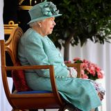 13. Juni 2020  Ganz allein und ohne ihre Familie, die sonst mit ihr auf dem Balkon im Kensington Palace diesen Tag feiert, sitzt sie auf ihrem Stuhl und schaut der Mini-Parade zu.