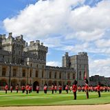 13. Juni 2020  Die Parade ist ein wichtiges öffentliches Ereignis. In Nicht-Coronazeiten nehmen an ihr über tausend Soldaten, 400 Musiker und 200 Pferde teil. Um ihr trotzdem eine Freude zu bereiten, marschiert eine kleine Gruppe walisischer Gardisten vor Schloss Windsor auf, begleitet von einem Musikkorps. Dorthin hatte sich die Queen Mitte März zurückgezogen,um einer Ansteckungsgefahr mit dem Coronavirus aus dem Wege zu gehen.