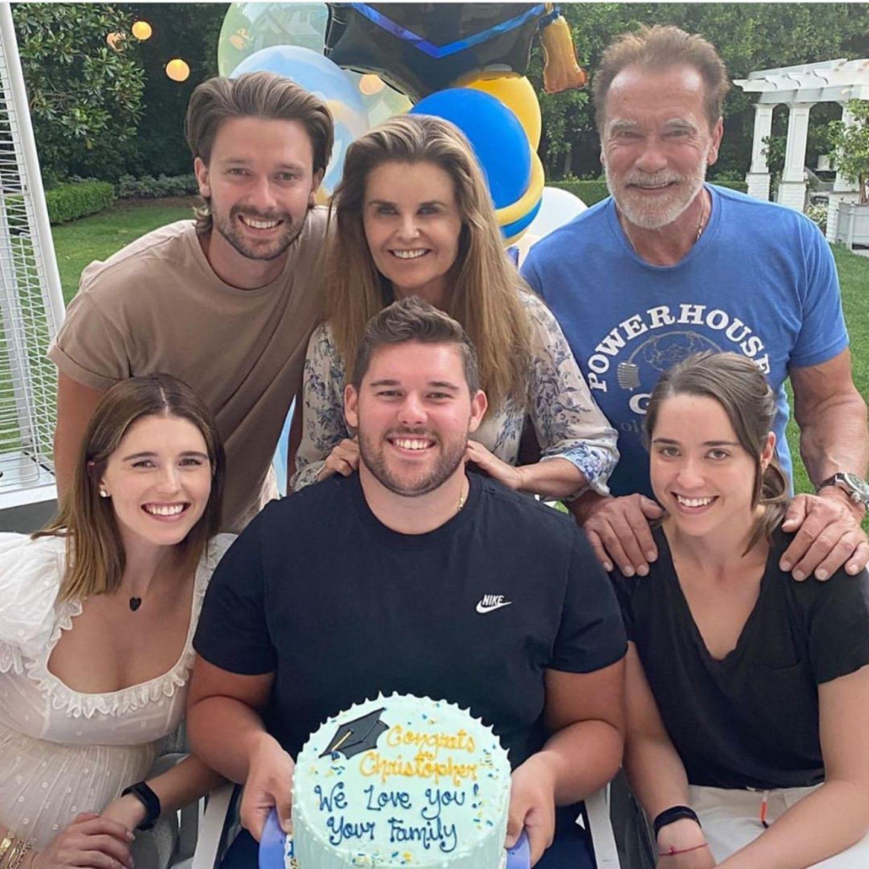 """13. Juni 2020  Katherine Schwarzenegger ist soo stolz auf ihren """"kleinen"""" Bruder und kann kaum fassen, dass er nun offiziell ein Erwachsener in dieser Welt ist.Der jüngste Sohn von Arnold Schwarzenegger und Maria Shriver hat seinen College-Abschluss in der Tasche. Mit einer bunten Torte gratulieren die Eltern und Geschwister Katherine, Patrick und Christina. Geschossen hat das Foto Katherines Mann Chris Pratt, mit dem sie ihr erstes Kind erwartet."""