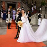 In einem Brautkleid der schwedischen Designerin Ida Sjöstedt heiratet Prinzessin Sofia ihren Carl Philip. Die Kreation wird aus feinster Crepeseide, die mit italienischer Seidenorganza verdoppelt wurde, gefertigt.
