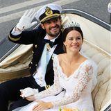 Rund 200 Arbeitsstunden und sieben Anproben sind nötig, um Sofia den Traum ihres Brautkleides zu erfüllen. Ihren Auftritt krönt sie mit einem Brautstrauß aus pfirsichfarbenen Blumen, einem funkelnden Diadem sowie einem handbestickenSchleier.