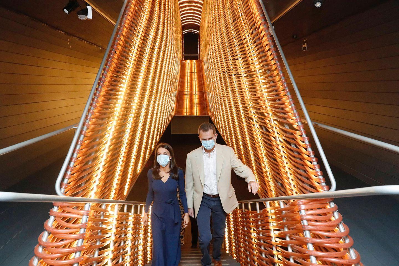 12. Juni 2020  Königin Letizia und König Felipe besuchen das Kunstzentrum Matadero in Madrid. Aus der Tiefe des Raumes kommend schreiten sie durch diese Lichtinstallation, was fast ein wenig wie Science Fiction aussieht.