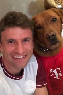 13. Juni 2020  Statt in der Allianz Arena mit seinen Teamkollegen für das Spiel gegen Mönchengladbach aufzulaufen, drückt Thomas Müller auf der Couch die Daumen für den Sieg. Nach seiner fünften gelben Karte ist er für das Spiel gesperrt und darf nur zuschauen.