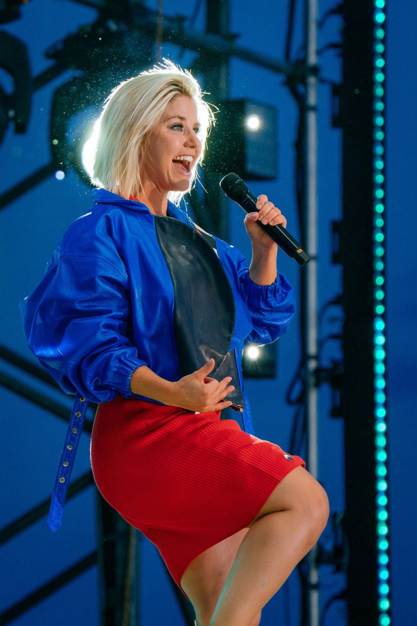 Mit ihrer leidenschaftlichen Performance heizt Beatrice Egli ihren Fans in Karlsruhe ordentlich ein. Das Besondere: Die Sängerin gibt erstmals ein Autokino-Konzert und trägt zu diesem Anlass einen Look aus Leder, Reißverschlüssen und Samt.